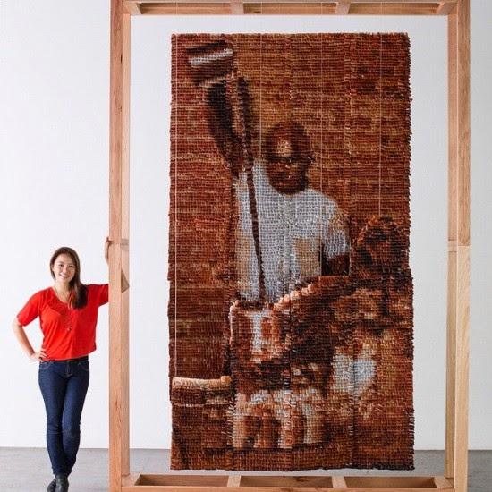 تقف الفنانة هونغ مع صورتها