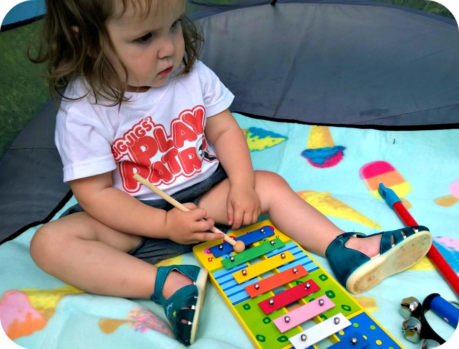 LM plays the Bigjigs Music Set Xylophone