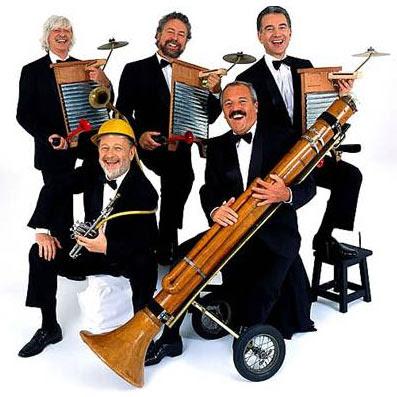 Fotografía de Les Luthiers con sus instrumentos informales