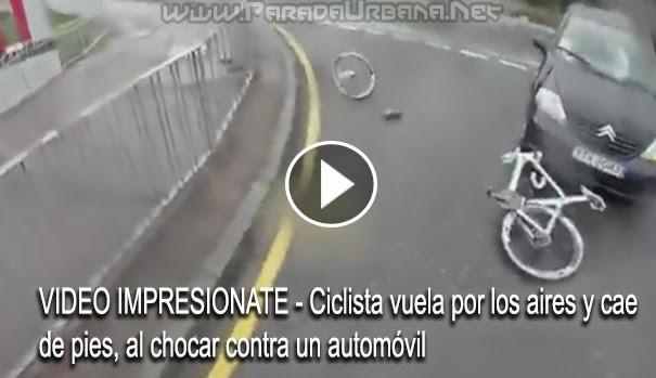VIDEO INSOLITO - Ciclista vuela por los aires y cae de pies, luego de chocar contra un automóvil