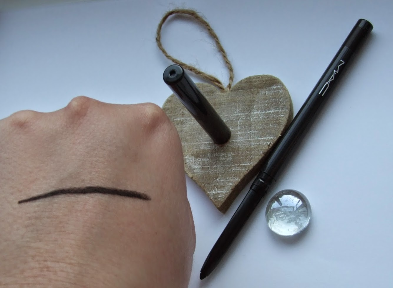 MAC A Novel Romance Fluidline eye pencil eyeliner black brilliance swatches