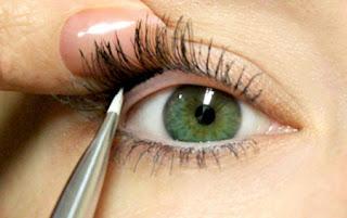 طريقة وضع الكحل داخل العين بالقلم