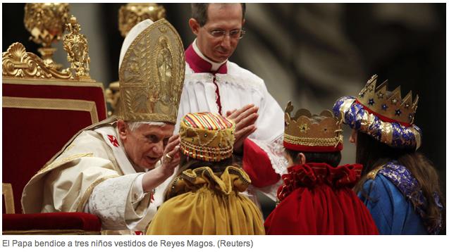 El Papa bendice a tres niños vestidos de Reyes Magos. (Reuters)