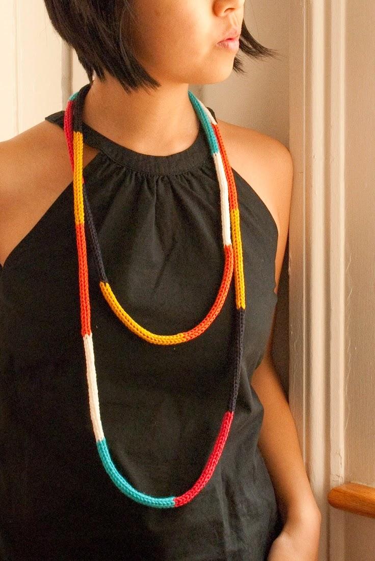 collar de hilo de colores