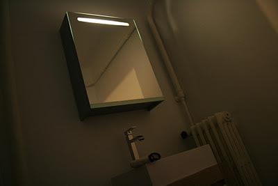 Armoire miroir avec éclairage intégré