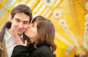 تعرفى على الأنوثة التى يعشقها الرجال- امرأة تقبل تبوس رجل على خده وجهه - woman girl kiss man on cheek