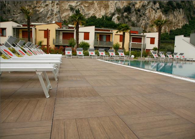 Venkovní keramická dlažba vzhledu drážkovaných terasových prken