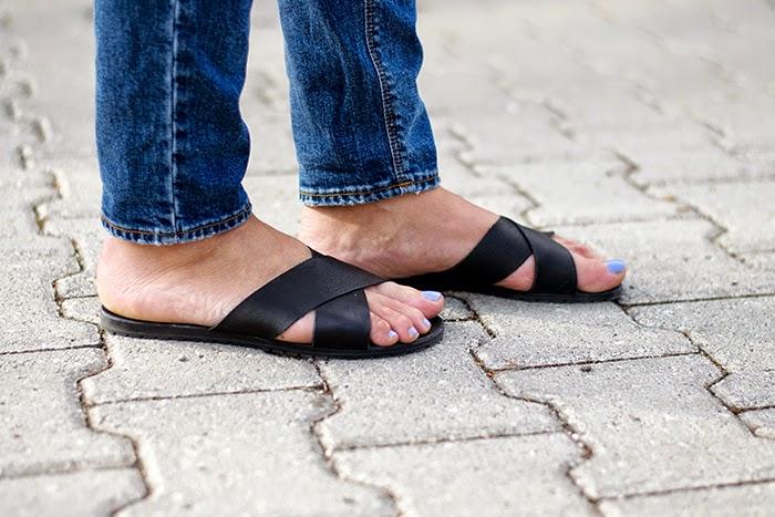 sandali neri minimal