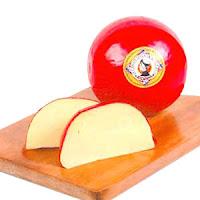Queso holandés Bola-Edam sobre una tabla (un queso entero y dos rebanadas)