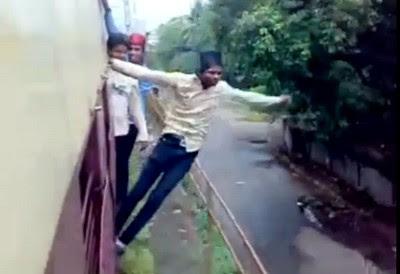 Video Paling Gokil Gelantungan di Kereta Api