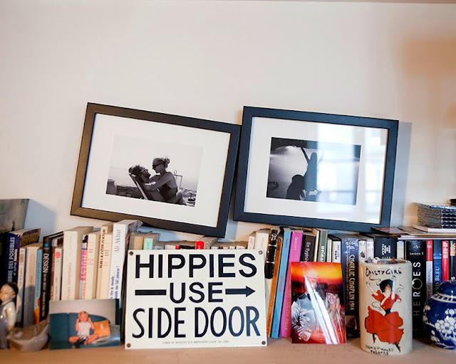estanteria con cuadros y libros