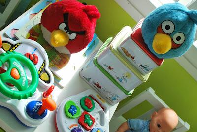 Värikäs lastenhuone - Angry Birds, Mauri Kunnas -laatikot ja leluja