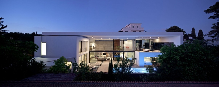 Modern Bauhaus Mansion In Israel at night