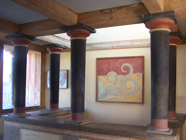 Knossos Sarayı; taht odasının üstündeki fresklerin bulunduğu sütunlu ve balkonlu salon