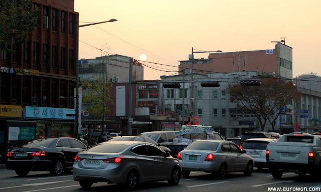 Atardecer en una calle de Seúl