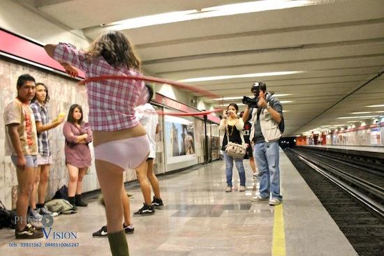 Viajan en Metro sin pantalones (ni faldas)