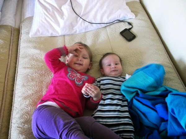 dzieci, rodzeństwo, wspólna zabawa, rok po roku, chusta, hotel aurora