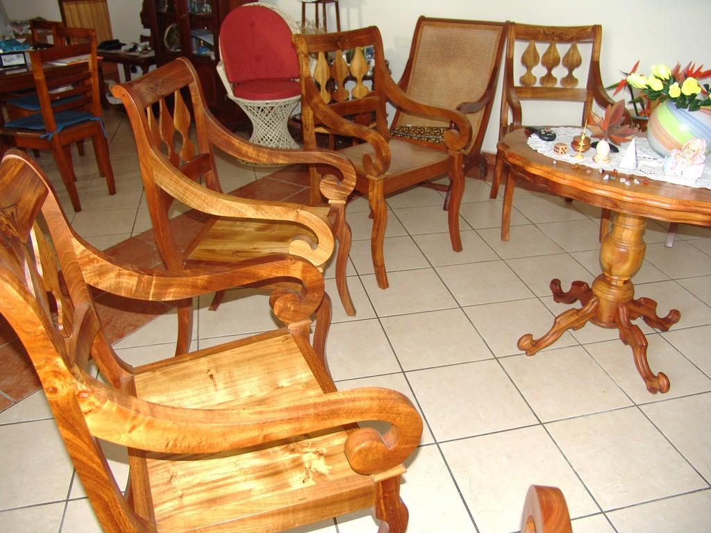 L 39 artisan du bois meubles cr oles for Artisan du meuble
