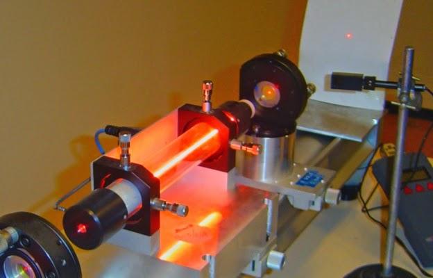 Demonstração de um laser no laboratório Kastler-Brossel