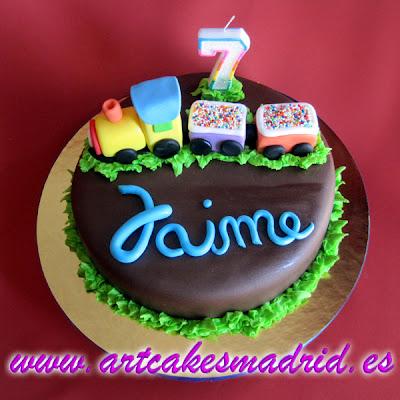 Tarta de chocolate decorada con un trencito modelado en pasta Ballina