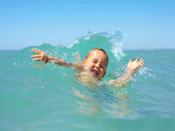 Los niños pueden ahogarse horas después de salir de la piscina