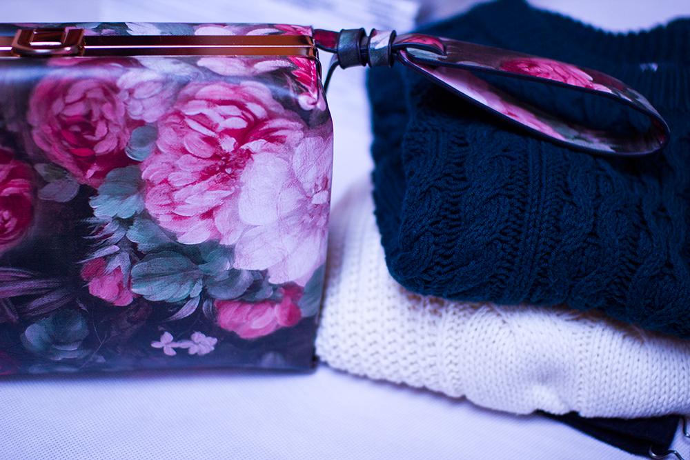 Biały oversize sweter i zielony krótki z warkoczami z H&M. Ręcznie malowana floral, kwiecista torebka pudełkowa TorebkaStyl różowa. Blog modowy, Opoczno.