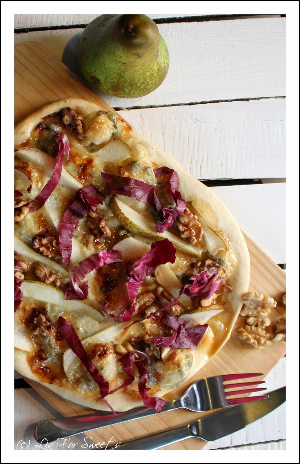 selbstgemachter Pizzateig mit Birne, Walnüssen, Gorgonzola und Honig - Rezept auch für den Thermomix