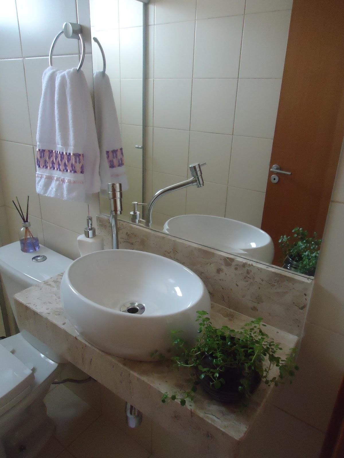 rodinha visto que facilita no momento de limpar. Também gostei da #5B4530 1200x1600 Armario Banheiro Rodinha