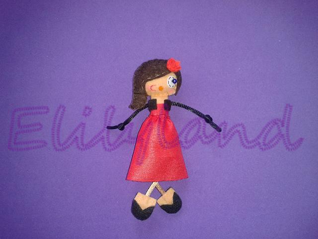 Mini-Elily Muñeca Fieltro Broche Vestido Rojo Largo