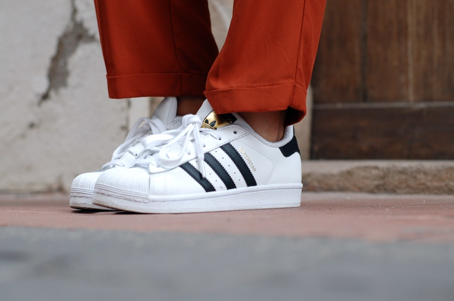 hat and adidas superstar street style