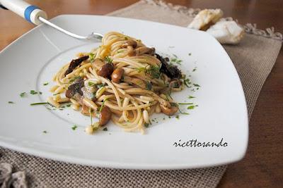 http://www.ricettosando.it/2012/11/pasta-integrale-con-funghi-e-pinoli-al.html