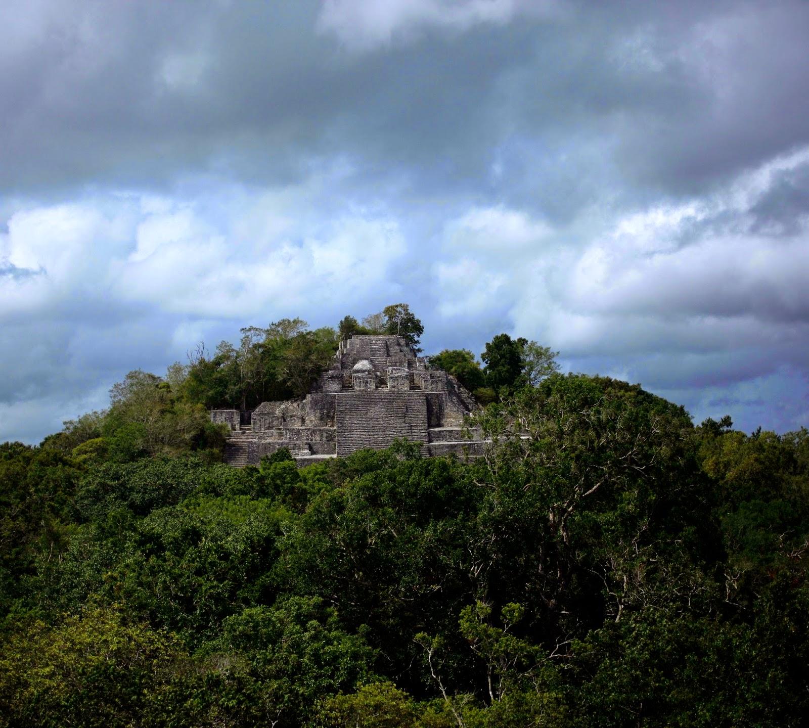 Calakmul era la capital del Reino de Kaan o Reino de la Serpiente. Se afirma que el nombre original de la ciudad era Uxte'tuun, que significa tres piedras.