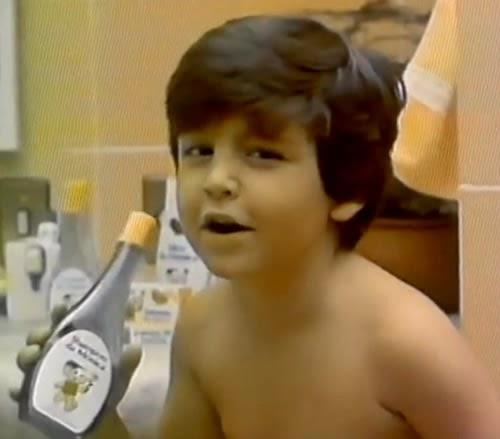 """Propaganda do Shampoo da Mônica em 1990 com a música """"Cantando no Chuveiro""""."""