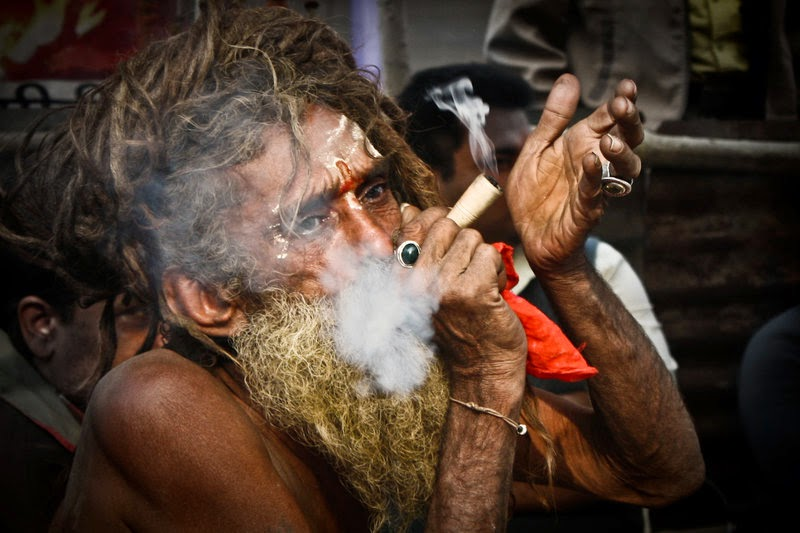 Ein Sadhu beim Kiffen