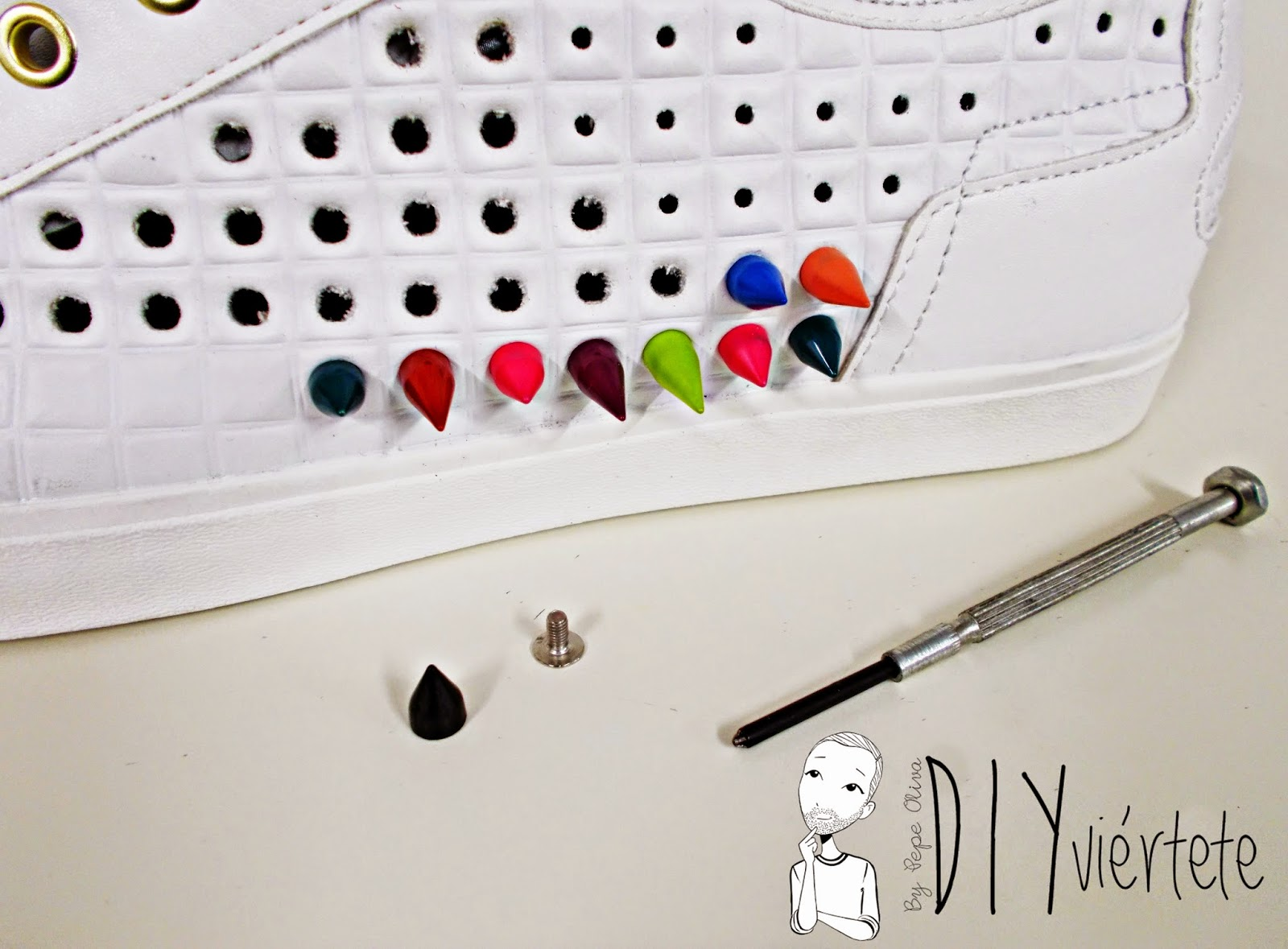 DIY-zapatillas-tunear-customizar-CHRISTIAN-LOUBOUTIN-zapatos-pinchos-esmaltes-pinta uñas-colores-10