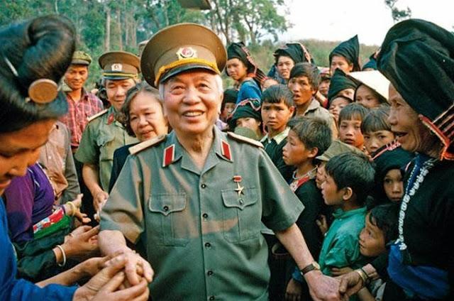 Đại tướng Võ Nguyên Giáp trong lần trở lại thăm Điện Biên Phủ, nguoi con dat me
