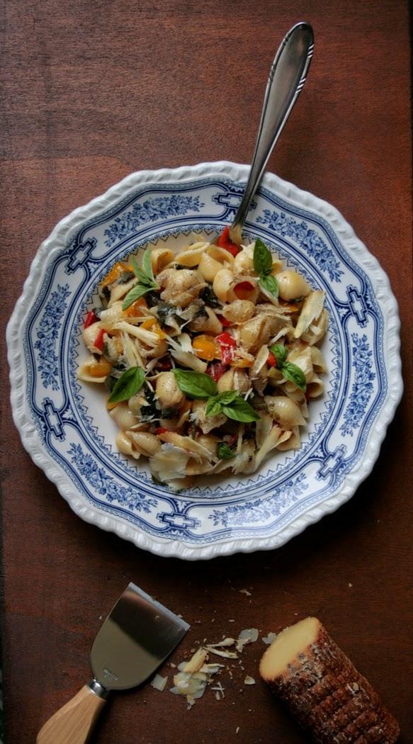 pasta con peperoni, olive, bietola e ricotta affumicata