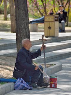 Old man playing erhu in Yuyuantan Park