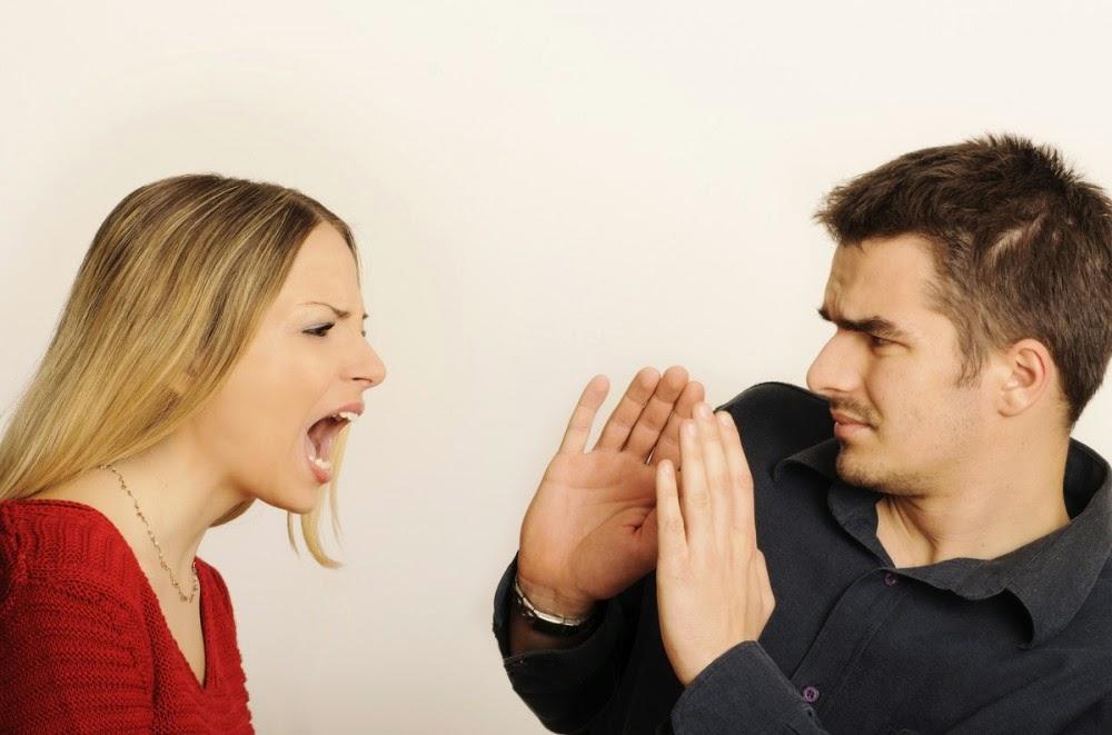 mujer discutiendo hombre