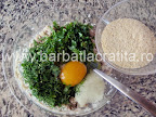 Chiftele de peste preparare reteta - punem oul si pesmetul