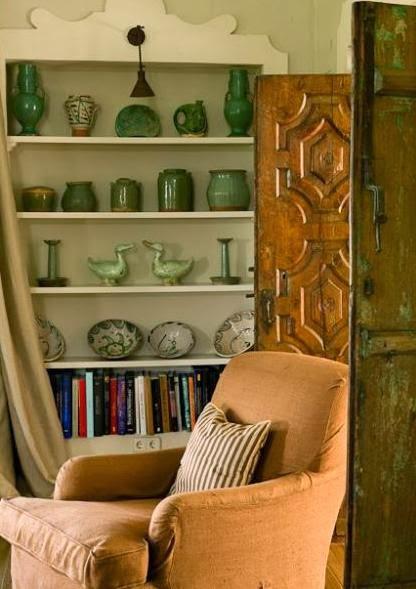 decorar estanteria con ceramica verde
