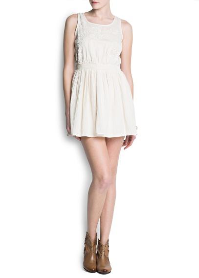 Önü güpürden çiçek işlemeli, kolsuz, pamuklu elbise. Yuvarlak yakalı, beli elastik, sırtı düğmeli ve içi astarlı.