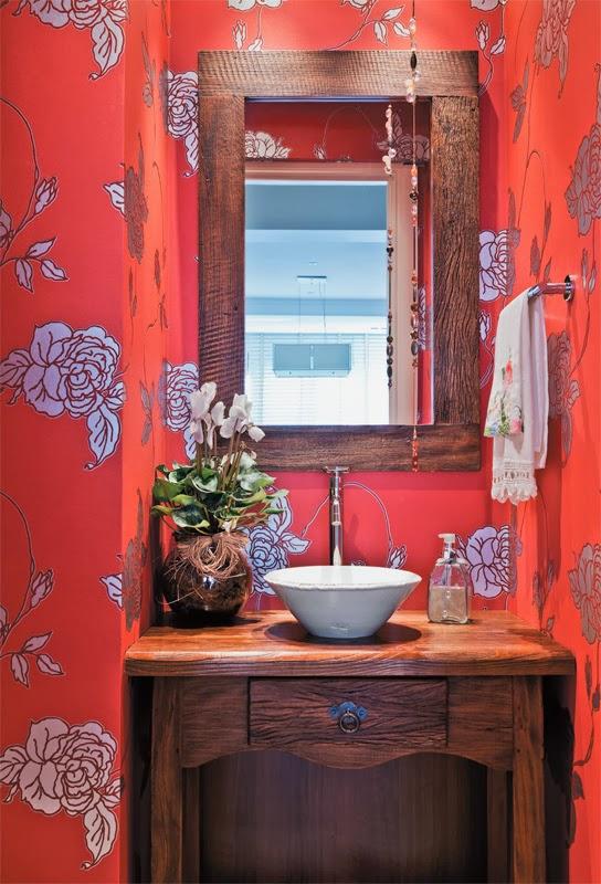 decoracao bancada lavabo : decoracao bancada lavabo:Lavabo com estilo rústico e papel de parede vermelho floral. Olha a