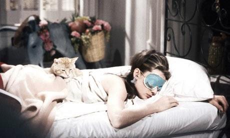 Audrey Hepburn mit Schlafmaske