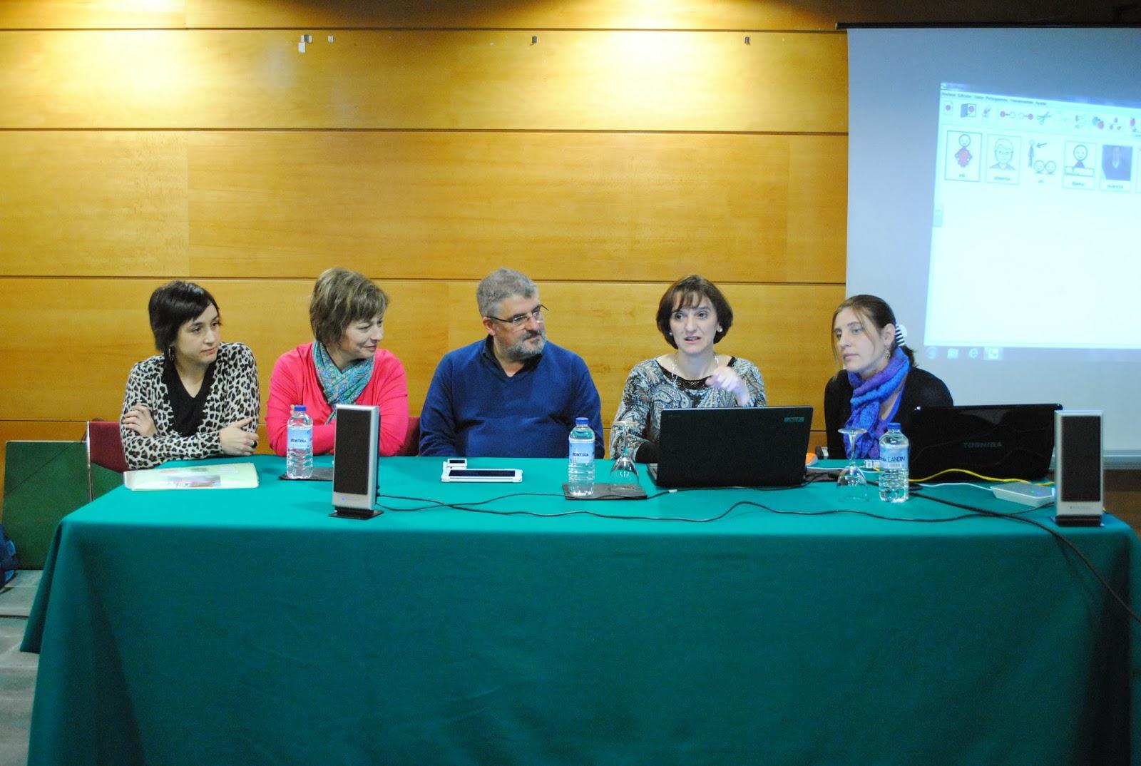 Imagen de todos los ponentes sentados a la mesa de exposición.