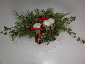 Il centrotavola natalizio realizzato all'ultimo momento con ramoscelli sottratti al giardino