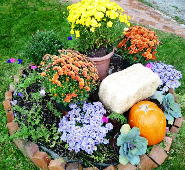 Round Flower Bed : Writing Straight From The Heart: Round Flower Bed Gets Decked for Fall