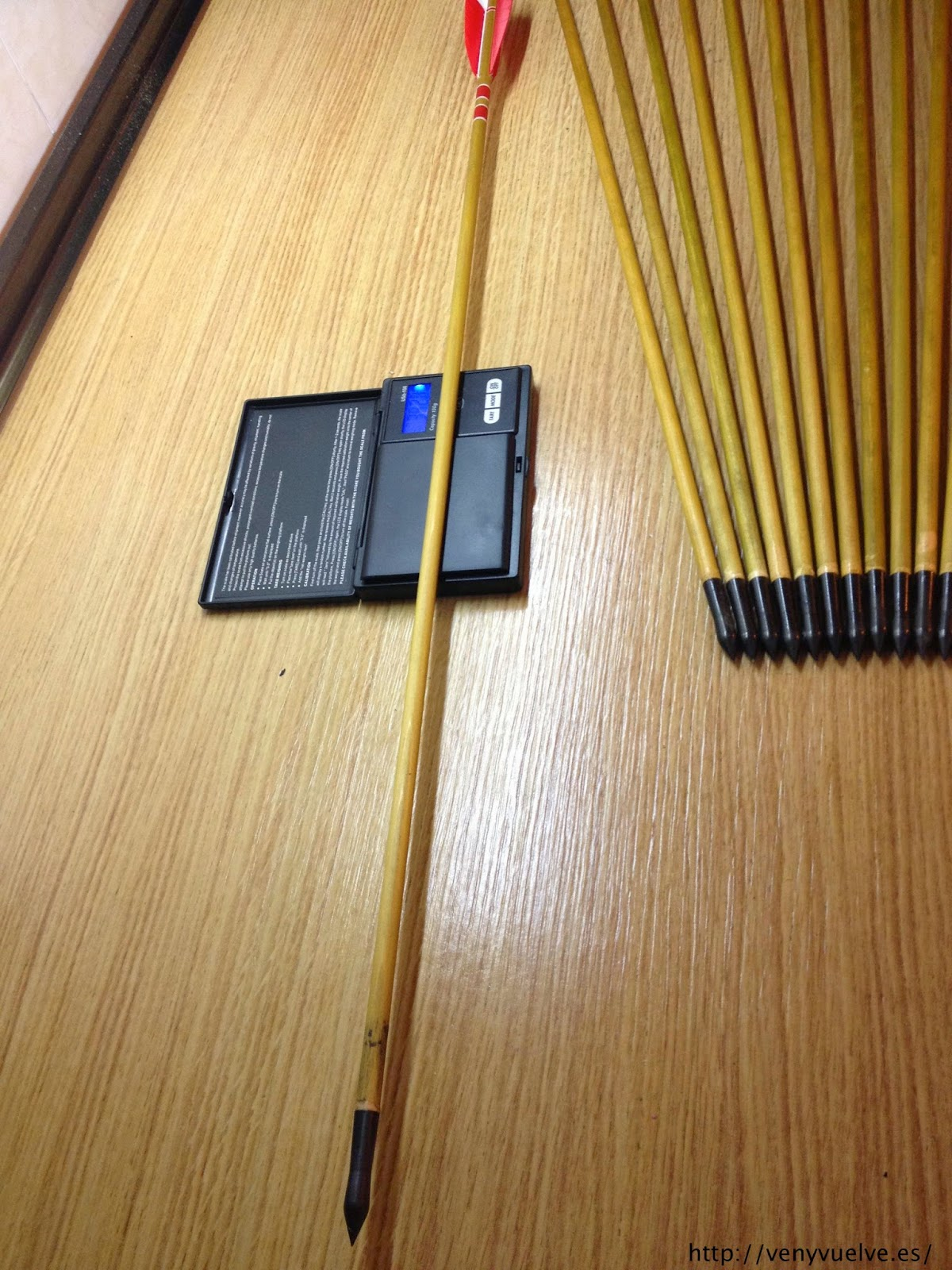 Pesando una flecha de madera