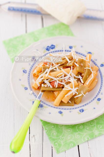 maccheroncini con taccole, datterini e ricotta salata