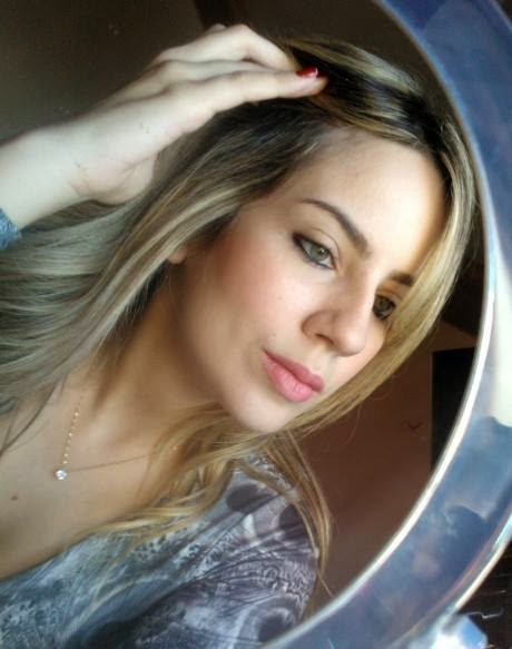 Amanda Pinheiro, 22 anos, designer de moda e maquiadora, amante de cosméticos e chocolate.